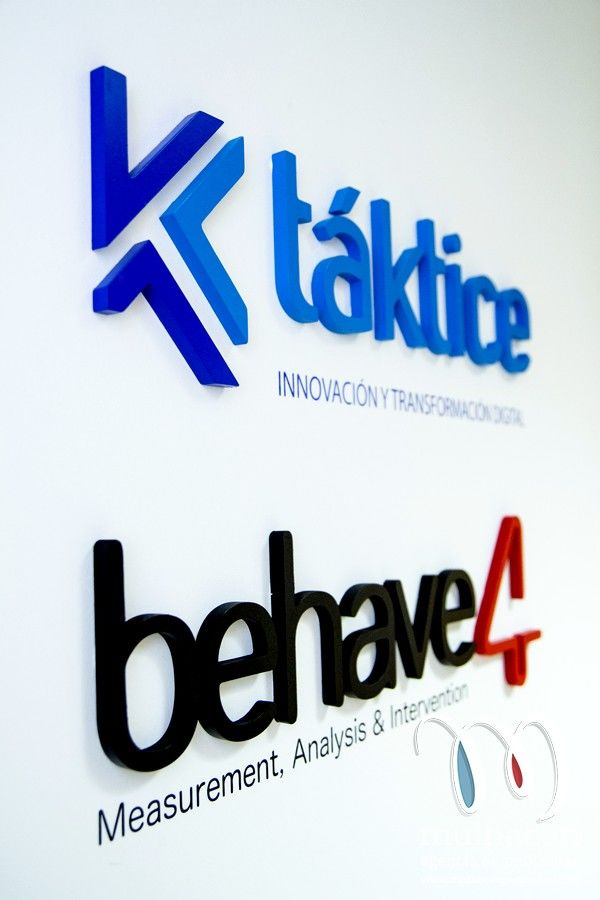 Rotulacion de letrero corporeo en relieve de PVC para interior de oficina en Granada